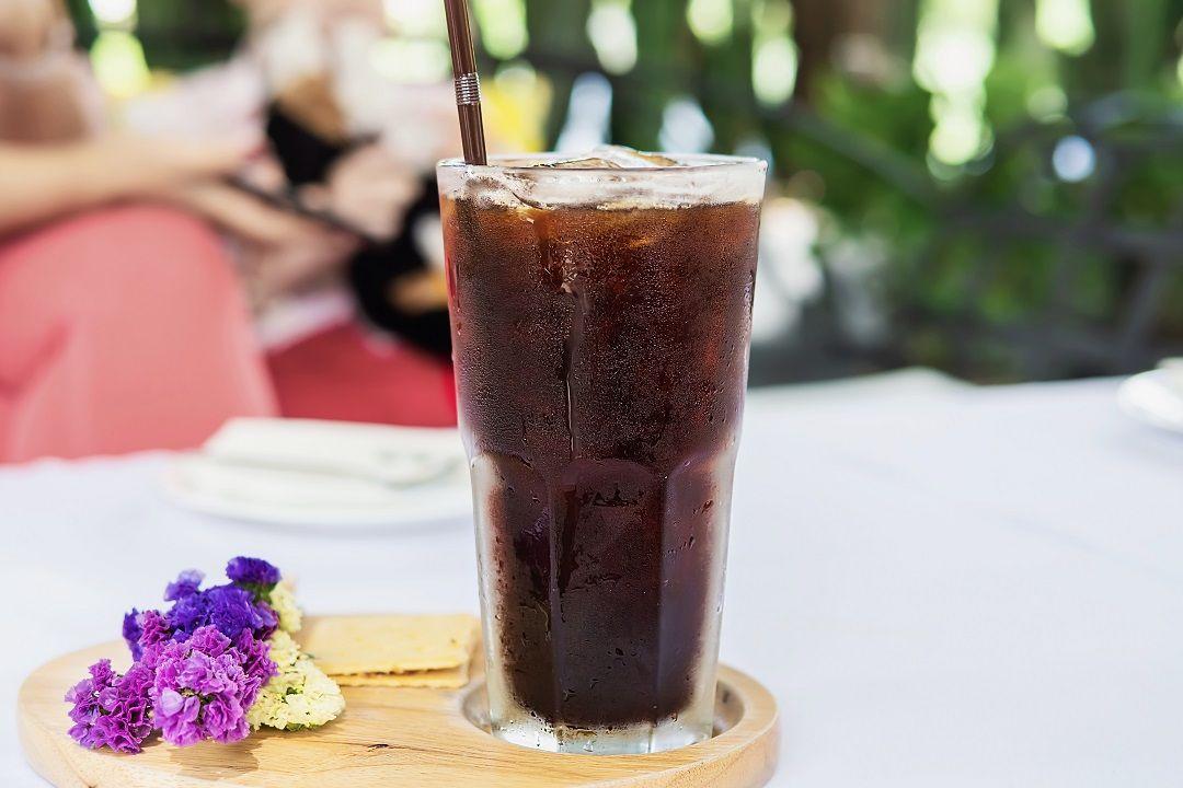 Saat kita memesan kopi di kafe, kita akan menjumpai berbagai pilihan, diantaranya iced coffee, iced americano, dan cold brew. Apa bedanya?